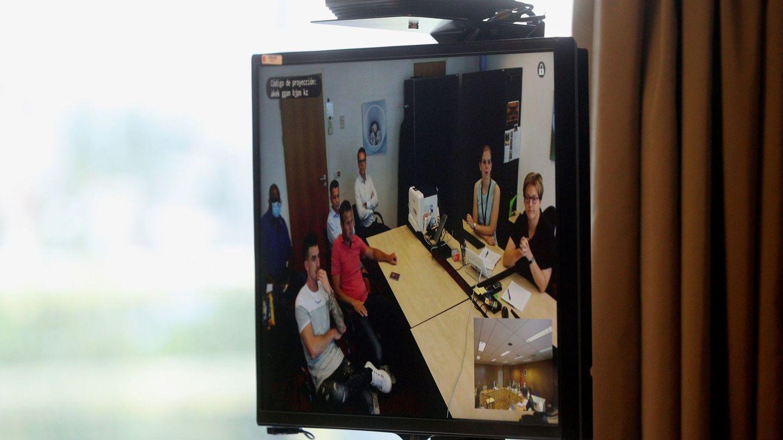 Un monitor de la Audiencia Provincial de Madrid muestra a los acusados que comparecen por videoconferencia desde Holanda durante un juicio. (EFE)