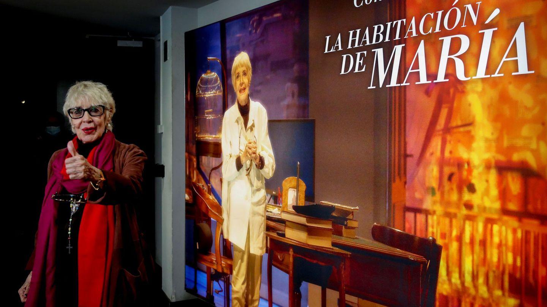 Concha Velasco, ante el cartel de la obra de teatro con la que se va a despedir. (EFE)