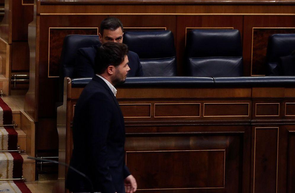 Foto: El portavoz de ERC, Gabriel Rufián, pasa delante de Pedro Sánchez, el pasado 22 de abril en el Congreso. (EFE)