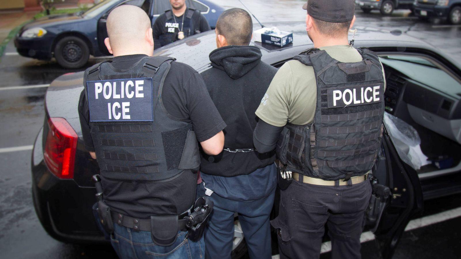 Foto: Agentes de la agencia de política migratoria y aduanera detienen a un sospechoso durante una operación en Los Ángeles, el 7 de febrero de 2017 (Reuters).