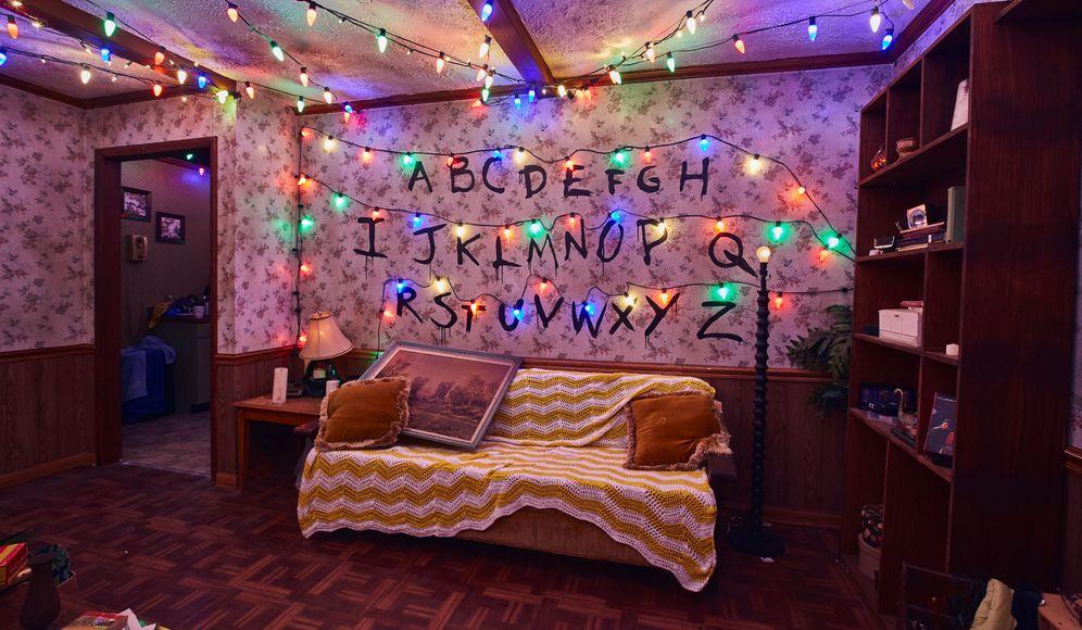 Foto: Fotografía cedida por Universal Orlando donde se muestra una réplica de la sala de la familia Byers. (EFE)