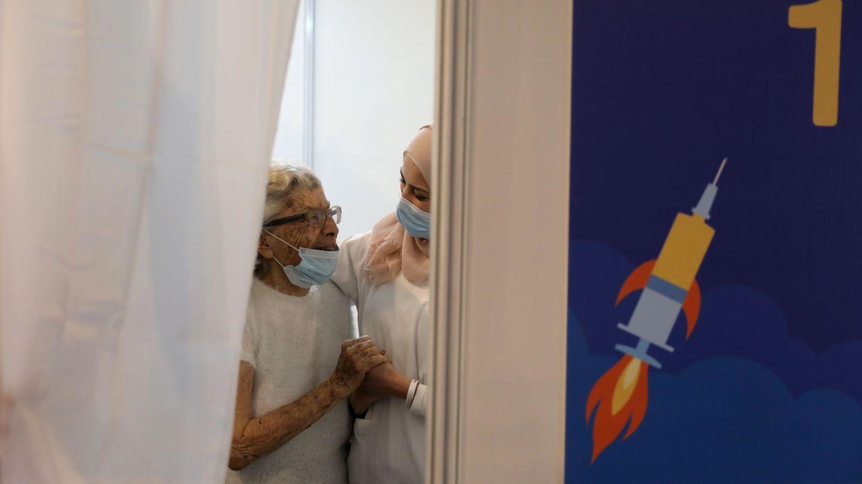 Una anciana abraza a una enfermera israelí tras recibir la vacuna contra en coronavirus. (EFE)