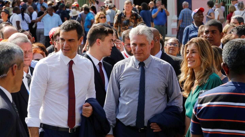 Pedro Sánchez y su mujer, Begoña Gómez, recorren las calles de La Habana Vieja con el presidente cubano, Miguel Díaz-Canel, el pasado 23 de noviembre. (Reuters)