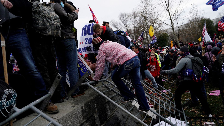 -FOTOGALERIA- EA3075. WASHINGTON (ESTADOS UNIDOS), 06 01 2021.- Seguidores de Donald Trump irrumpen durante unas protestas en los terrenos del Capitolio de los Estados Unidos hoy, en Washington (Estados Unidos). Los manifestantes a favor de Donald Trump irrumpieron en el Capitolio de los Estados Unidos donde tuvo lugar la certificación de voto del Colegio Electoral para el Presidente electo Joe Biden. EFE  WILL OLIVER
