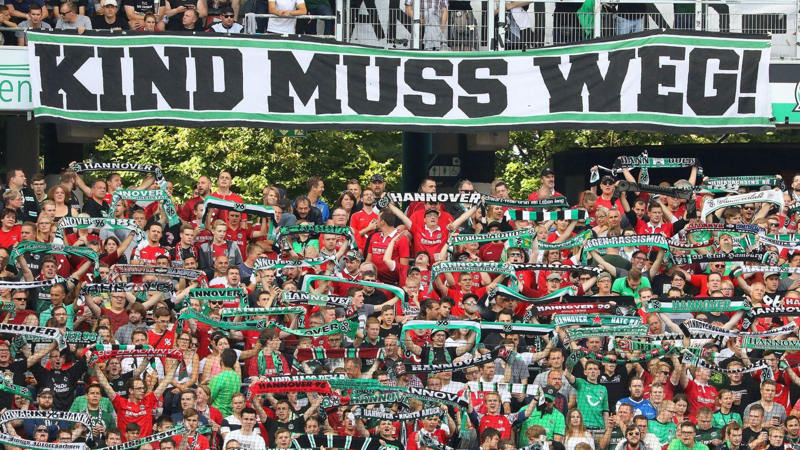 """Foto: Pancarta de aficionados del Hannover 96 en la que se puede leer """"¡Kind tiene que irse!"""", en alusión a Martin Kind. (EFE)"""