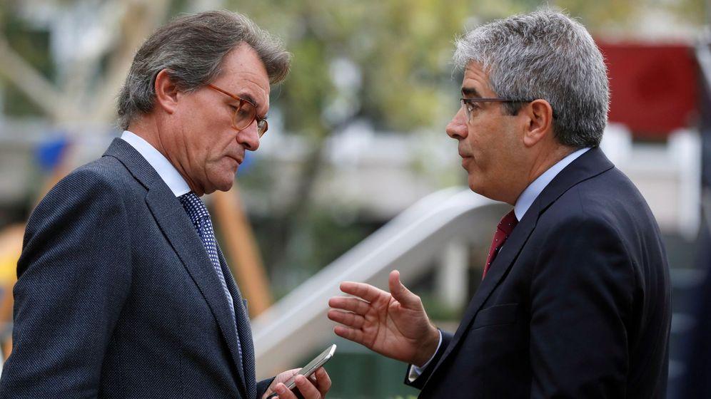 Foto: El expresidente de la Generalitat Artur Mas, conversa con Francesc Homs, en las inmediaciones de la Audiencia Nacional. (EFE)