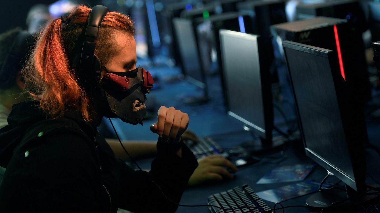 Foto: Una mujer juega a un videojuego, en una imagen de archivo. (EFE)