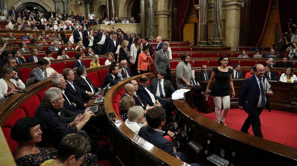 Foto: Los diputados del PP, C's y PSC abandonan el Parlamento de Cataluña durante el debate. (Reuters)