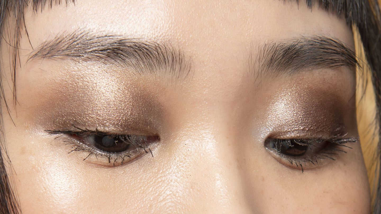Maquillaje bronce y dorado en el backstage de Elie Saab. (Imaxtree)