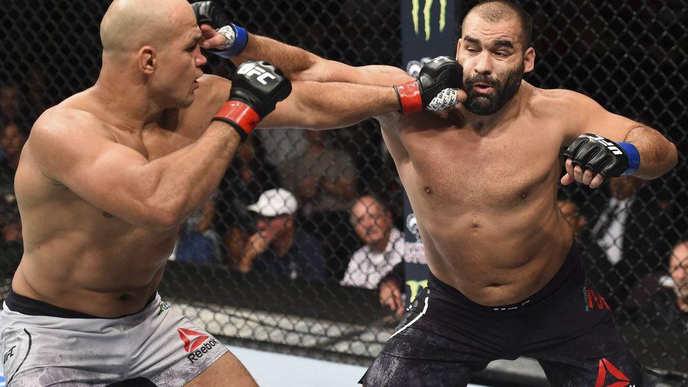 Foto: Junior dos Santos (i) venció a Blagoy Ivanov en UFC Boise. (UFC)