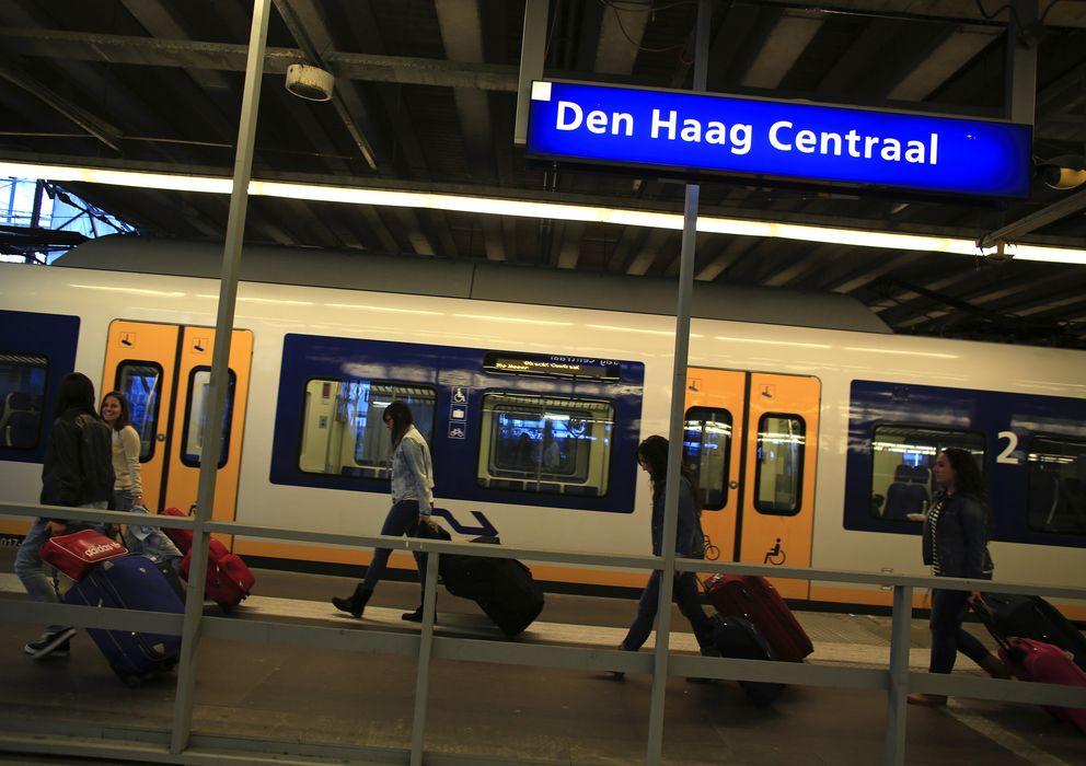 Foto: Tres enfermeras españolas cargan con su equipaje tras llegar a la estación de La Haya (Reuters).