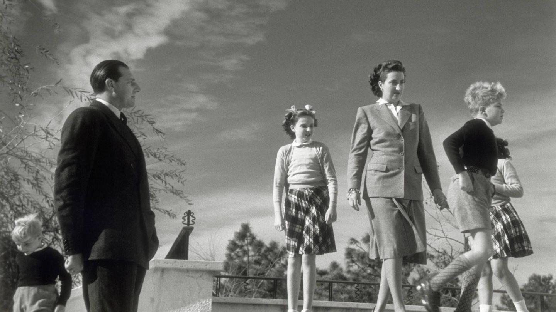 Don Juan de Borbón, María de las Mercedes y sus hijos, en una imagen de 1947. (Cordon Press)