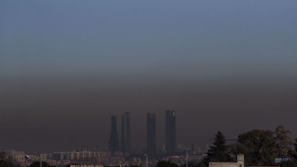 Foto: Vista de las cuatro torres de Madrid con la boina de contaminación. (EFE)