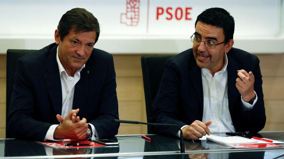 Foto: El presidente de la gestora, Javier Fernández, junto al portavoz y responsable de Organización, el andaluz Mario Jiménez. (Reuters)