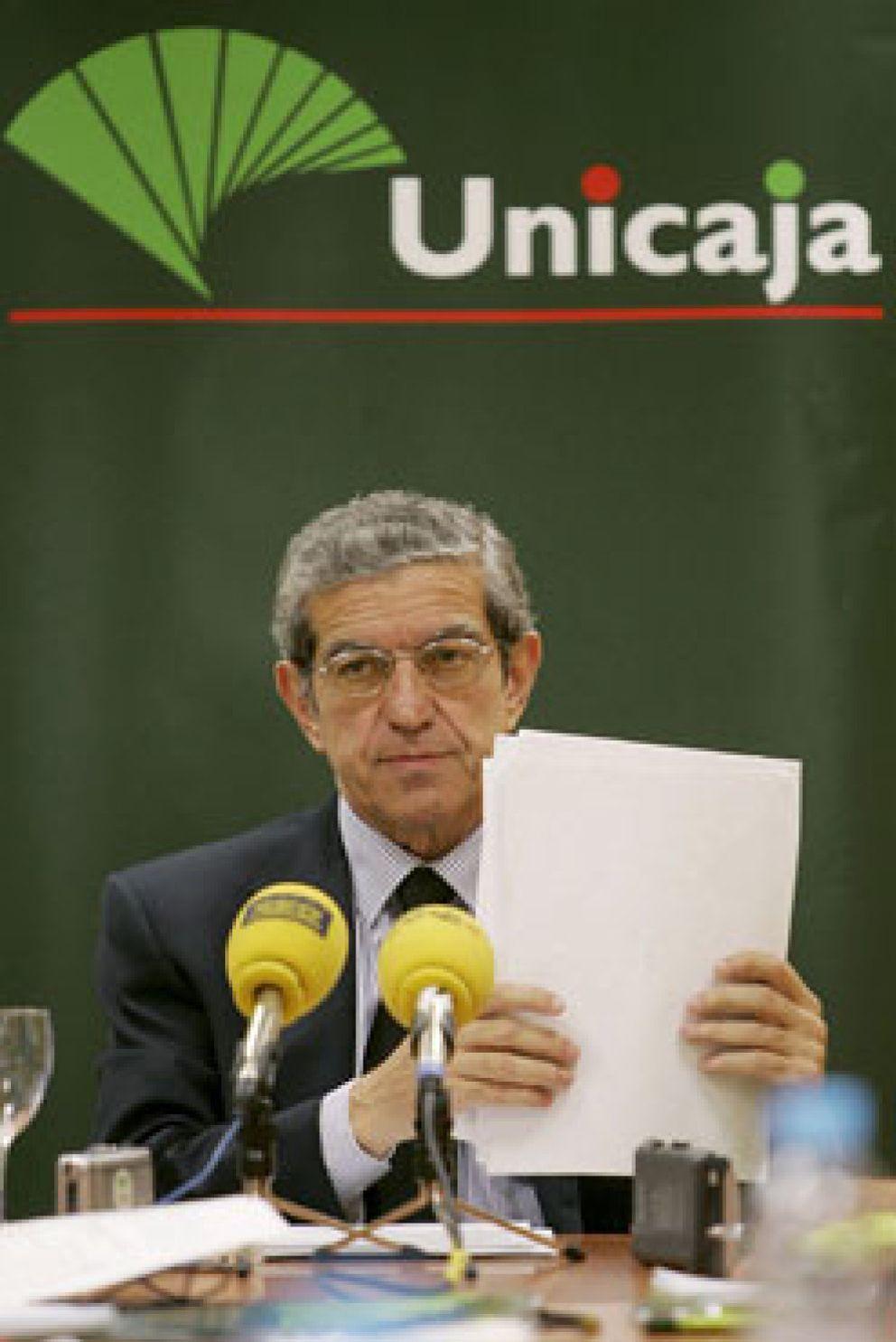 Foto: Medel y Gómez Sierra presentaron ayer al Banco de España el plan de fusión Unicaja-Cajasur