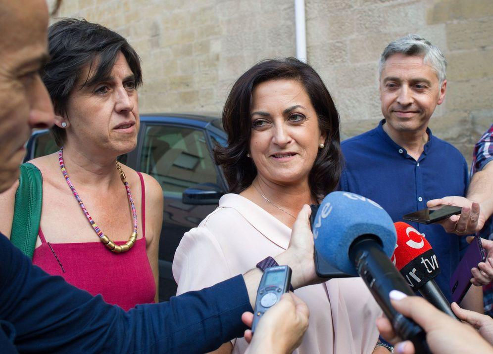 Foto: La candidata socialista en La Rioja, Concha Andreu, junto a su equipo negociador (Paco Ocón y Nuria del Río), este 17 de julio en Logroño. (EFE)