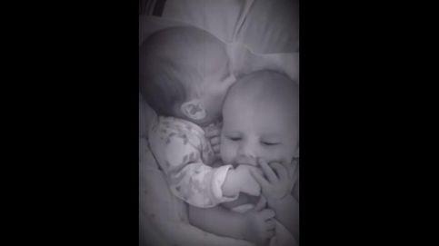 El infalible truco de una bebé para calmar los lloros de su hermano mellizo