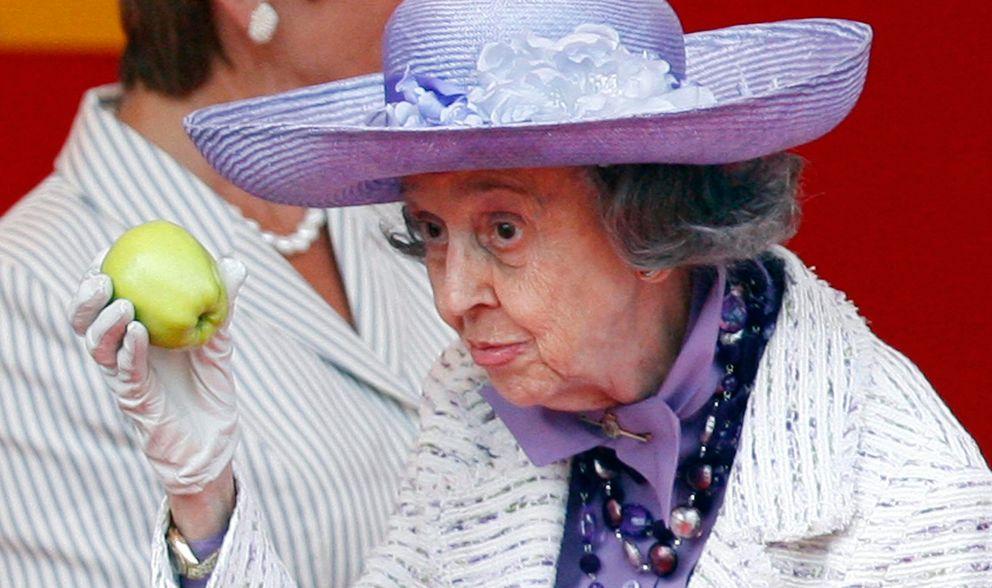Foto: Fabiola de los belgas mostrando una manzana en clave de humor por las amenazas recibidas (Cordon Press)