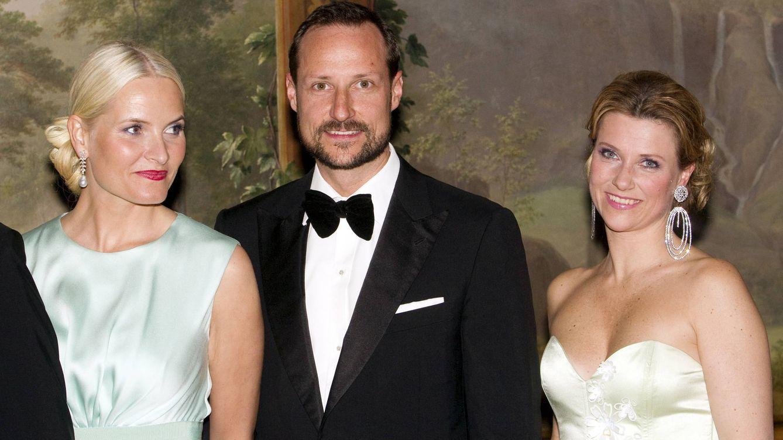 Foto: El príncipe Haakon junto a su esposa y la princesa Marta Luisa (Gtres)