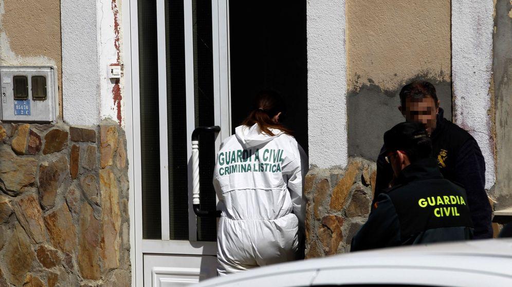 Foto: La Guardia Civil investiga el lugar donde una mujer ha muerto en Castrogonzalo, Zamora. (EFE)