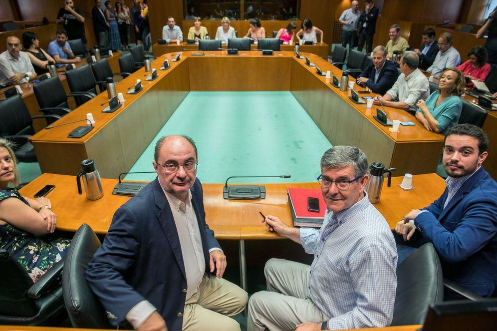 Foto: El presidente de Aragón, Javier Lambán (i), al inicio de la reunión con su grupo socialista en Zaragoza, este 5 de julio. (EFE)