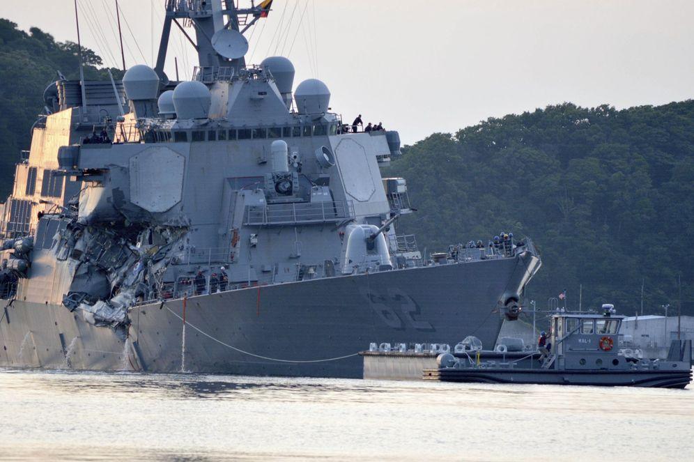 Foto: El destructor de misiles guiados clase Arleigh Burke USS Fitzgerald tras protagonizar una colisión con un buque mercante (EFE)