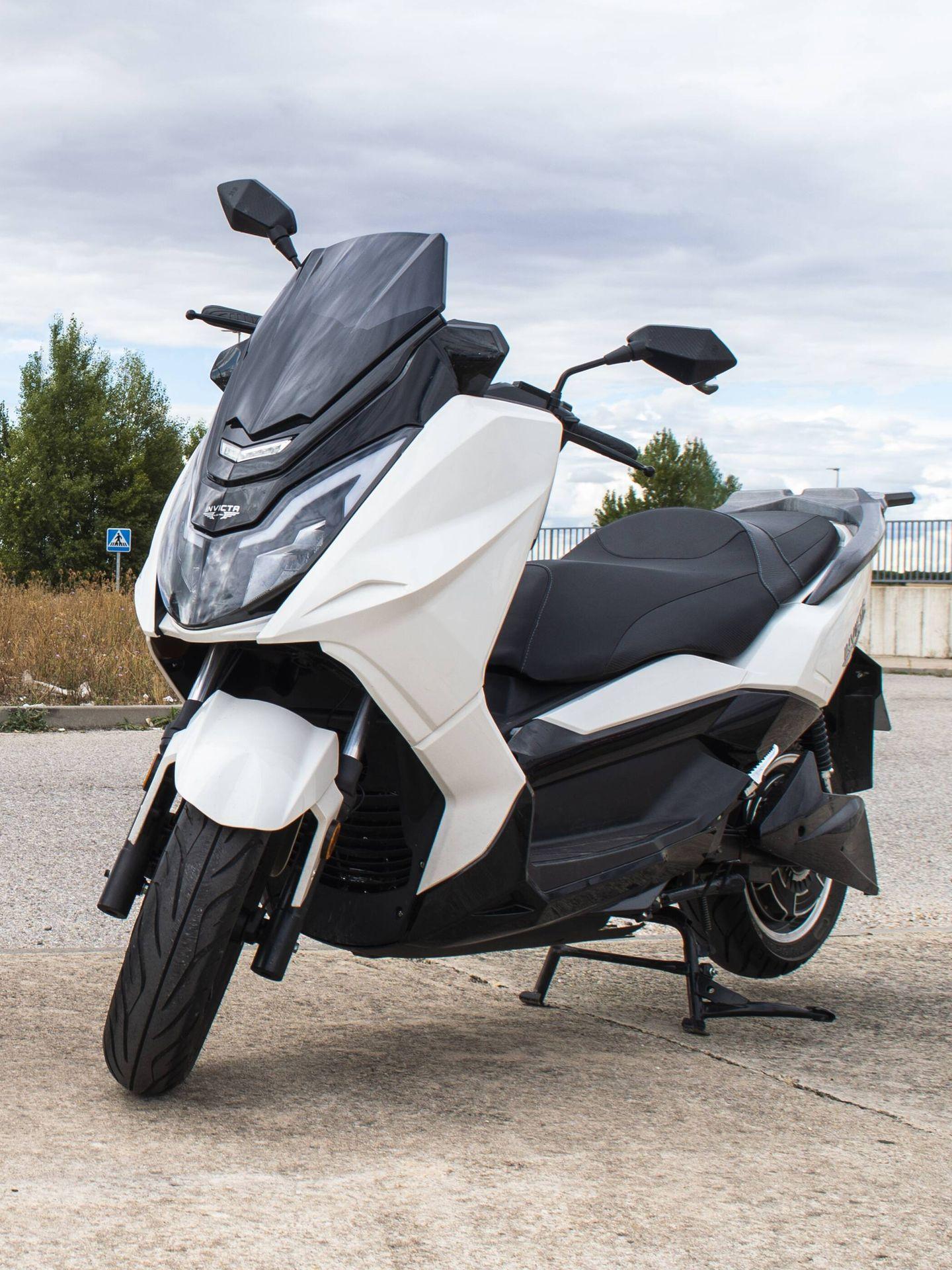 Puede conducirse con el carné B de automóvil o con el A1 de motocicleta a partir de los 16 años.