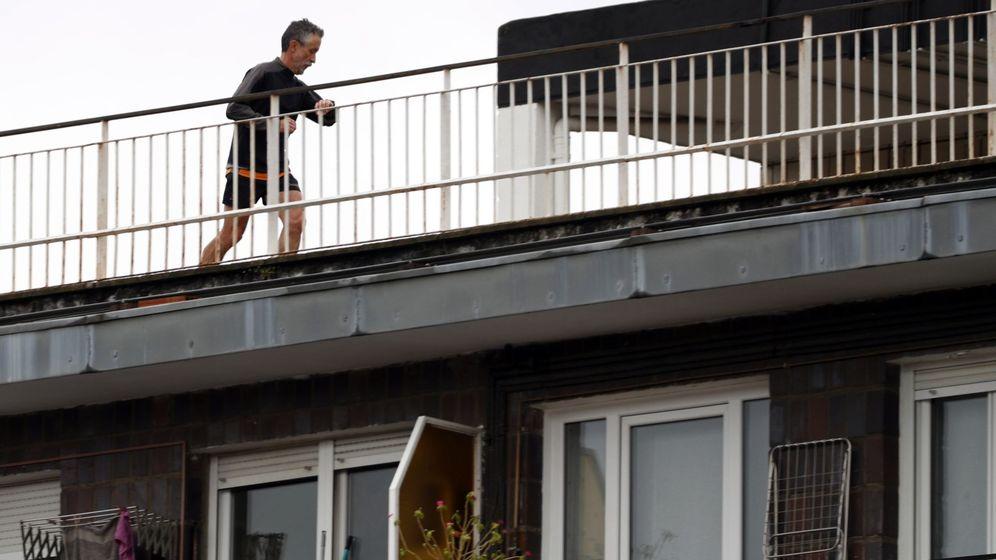 Foto: Un vecino realiza deporte durante el confinamiento. (EFE)
