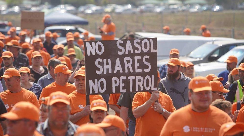 Foto: Un huelguista de Solidaridad muestra un cartel con el siguiente mensaje: Sin acciones de Sasol no habrá petróleo. (Cedida por Reint Dykema/Solidaridad)