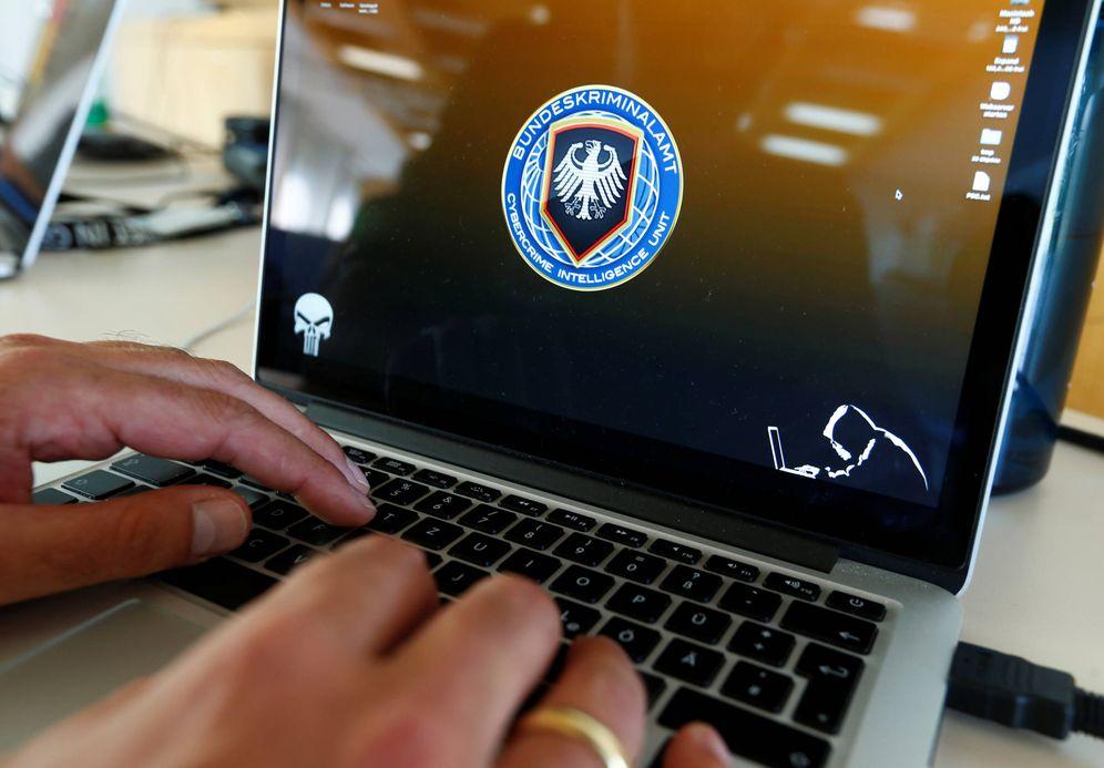 Foto: un investigador de la Unidad de Inteligencia para el Cibercrimen de la Bundeskriminalamt (BKA) en Wiesbaden, en julio de 2016 (Reuters)
