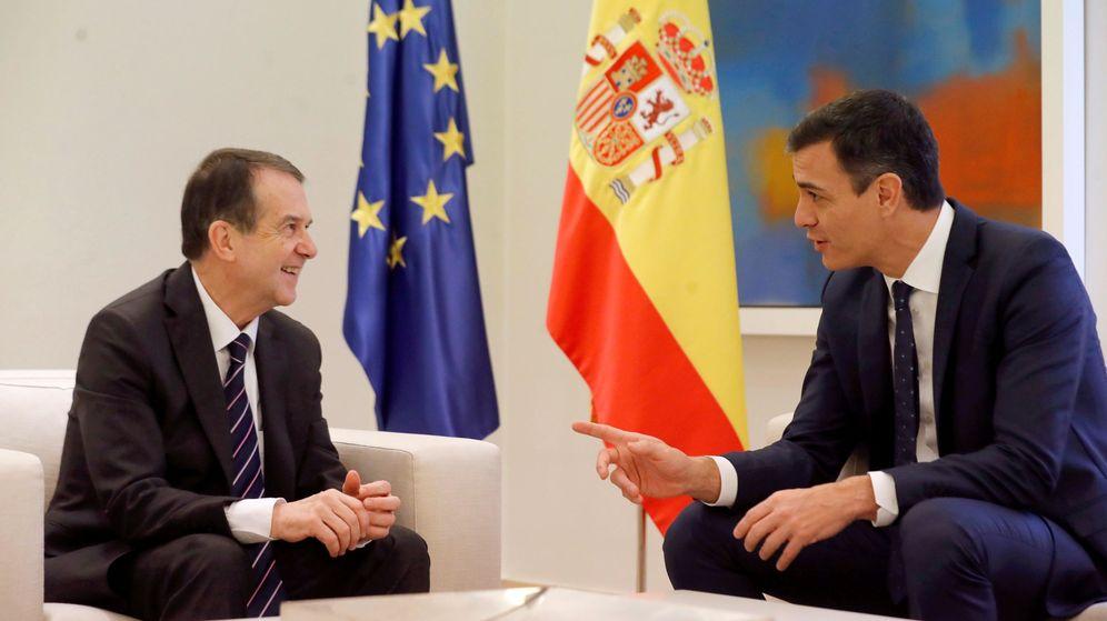 Foto: Pedro Sánchez (d), con el presidente de la Federación de Municipios (FEMP), Abel Caballero, en 2018. (EFE)