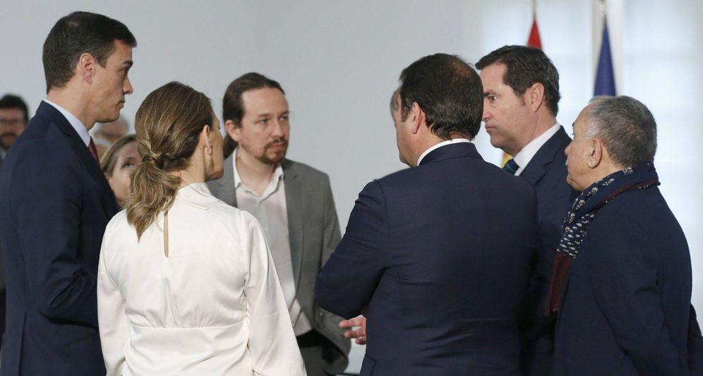 Foto: El presidente del Gobierno, Pedro Sánchez junto a patronal y sindicatos. (EFE)