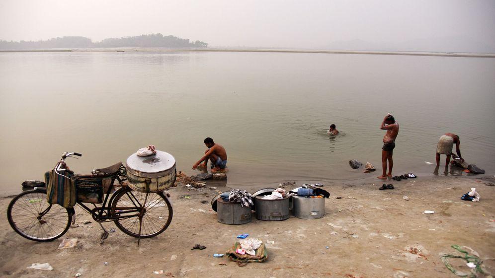 Foto: Vendedores de pescado toman un baño en las orillas del río Brahmaputra, que nace en el Tíbet y cuyo caudal supervisa China. (Reuters)
