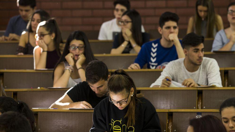 Foto: Unos estudiantes atienden a las instrucciones antes de empezar el examen de las pruebas de acceso a la universidad. (EFE)