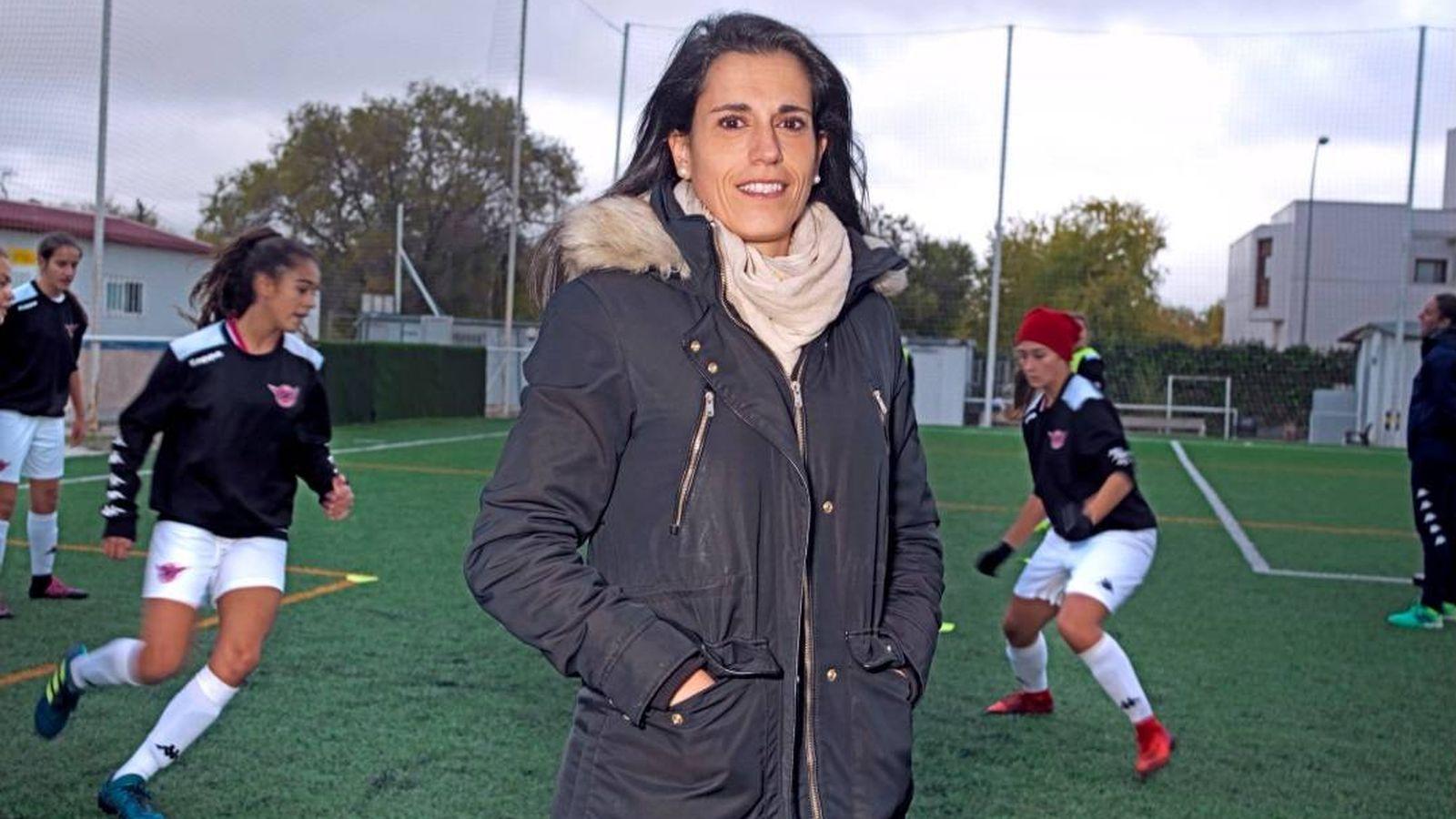 Foto: Ana Rosell, junto a sus jugadoras del CD Tacón en un entrenamiento. (@arosell10)