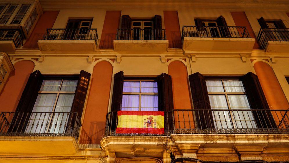 Foto: Bandera de España en un balcón durante el confinamiento. (Reuters)