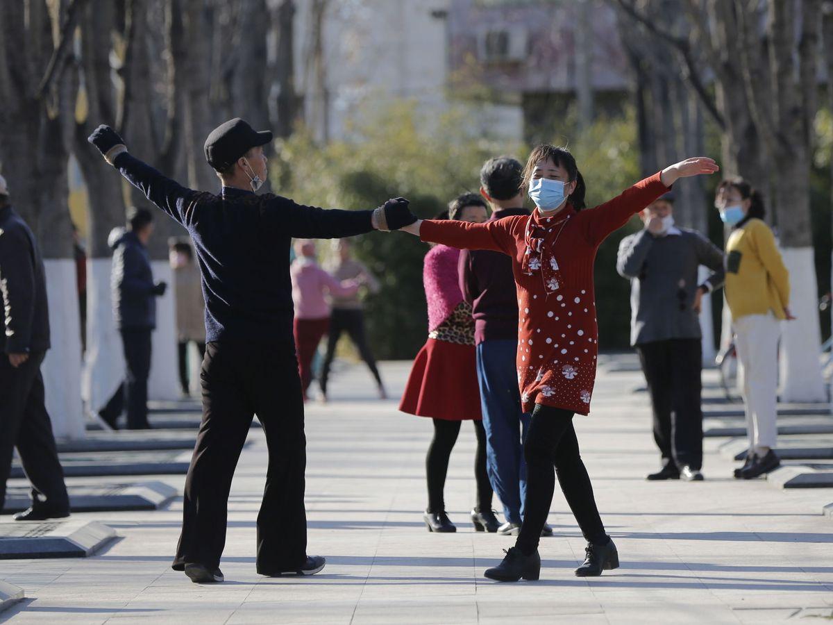Foto: Gente bailando en la calle en Pekín el pasado día 13. (Reuters)