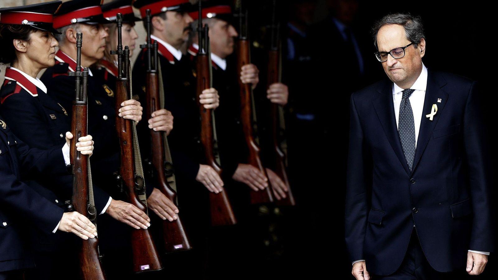 Foto: El nuevo presidente de la Generalitat, Quim Torra, sale del edificio del Parlament ante la formación de gala de los Mossos d'Esquadra. (EFE)
