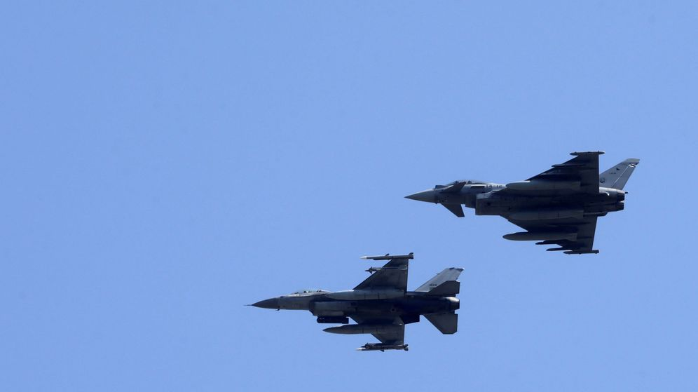 Foto: Un Eurofighter español y un F-16 portugués, durante la misión en el Báltico. (Reuters)