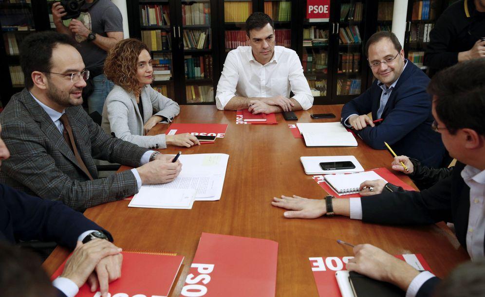 Foto: Pedro Sánchez, reunido con su equipo negociador, más el secretario de Organización, César Luena, y el portavoz en el Senado, Óscar López, este jueves en el Congreso. (EFE)