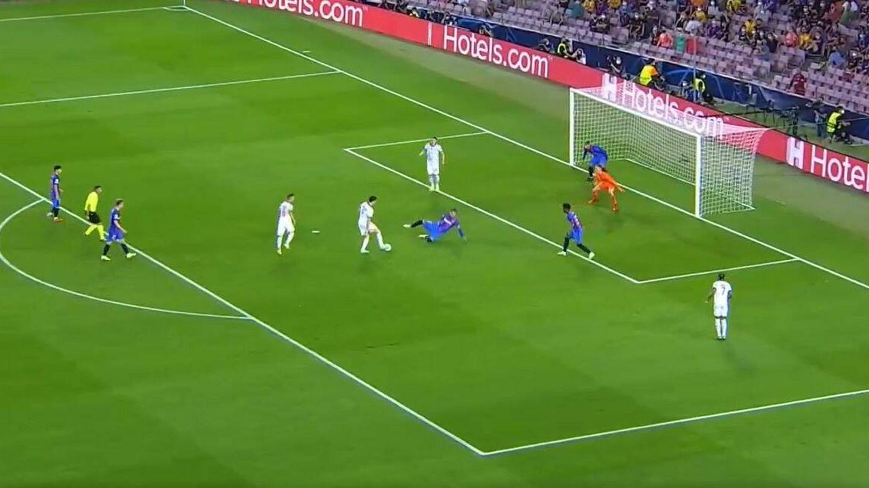 Lewandowski regatea en el área mientras los centrocampistas observan y los centrales no llegan. (Movistar +)