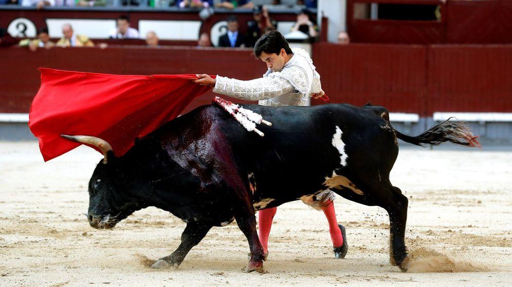 Foto: El diestro Juan del Álamo da un pase con la muleta a su primero. (EFE)