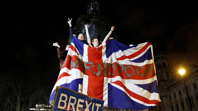 Varios ciudadanos londinenses celebran la ruptura con la UE en la noche del 31 de enero. (Reuters)