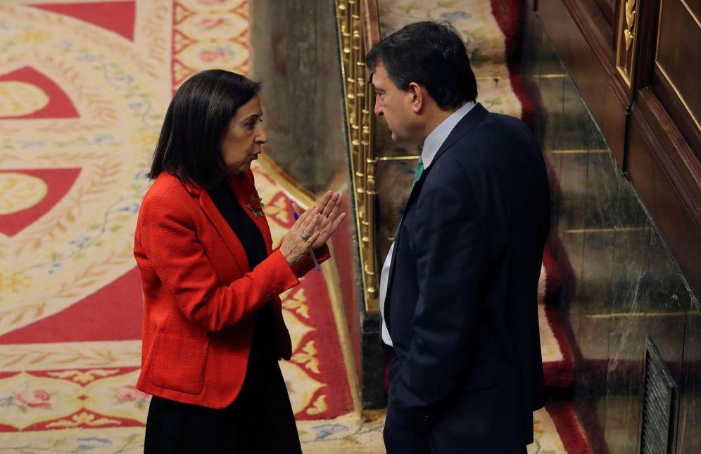 Foto: La portavoz parlamentaria del PSOE, Margarita Robles, conversa con el jefe del PNV en el Congreso, Aitor Esteban, este 21 de marzo en el Congreso. (EFE)