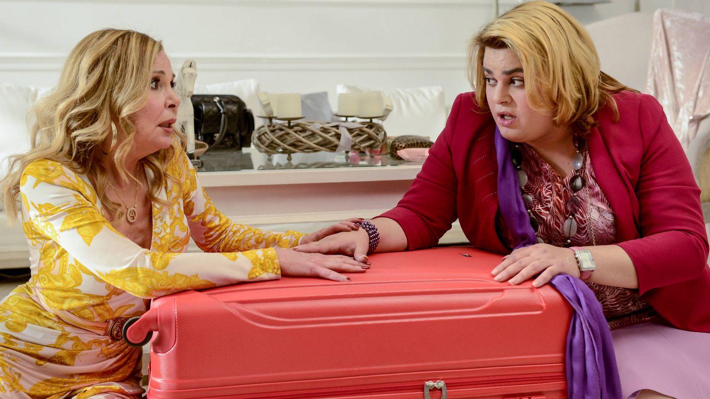 Ana Obregón y Brais Efe en 'Paquita Salas'. (Netflix)