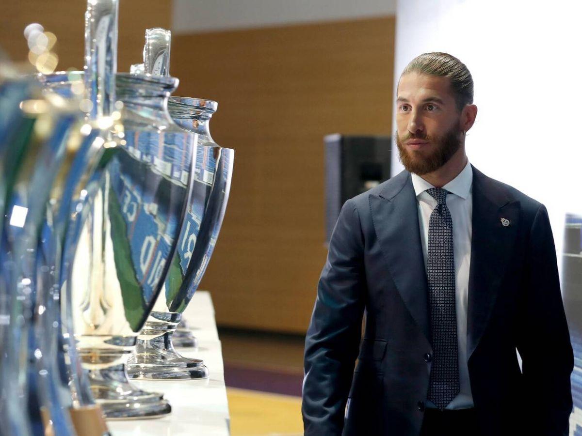 Foto: Sergio Ramos observa los trofeos de la Champions en su despedida.