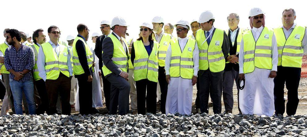 Foto: La ministra de Fomento, Ana Pastor, visita las obras del AVE entre La Meca y Medina. (EFE)