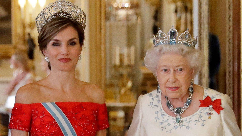 Letizia junto a Isabel II, en una imagen de archivo. (Getty)