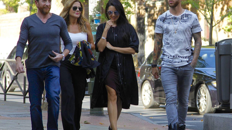 Pablo Motos, Laura Llopis, Pilar Rubio y Sergio Ramos, paseando por Madrid. (Vanitatis)
