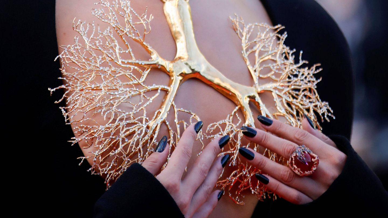 Detalle del escote del vestido de Bella Hadid. (Reuters)